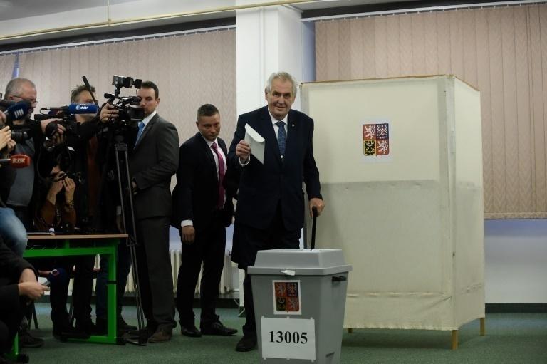 Zeman encabeza primer vuelta de presidenciales pero habrá segunda ronda