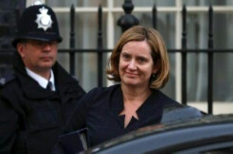 Dimite secretaria del Interior de RU por escándalo migratorio