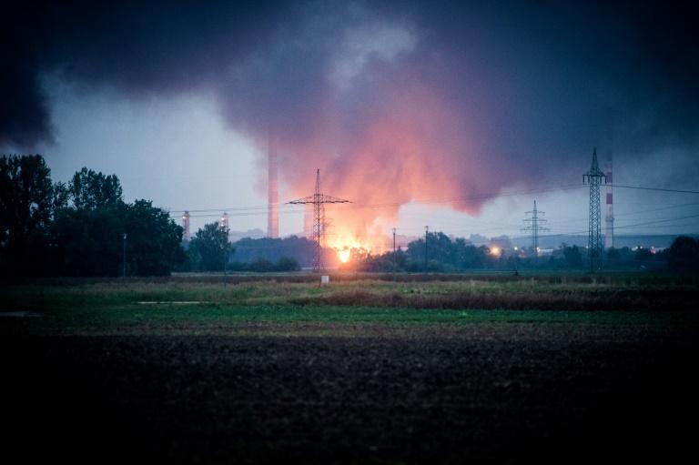 Evacuan 1.800 personas tras gran incendio en una refinería en Alemania