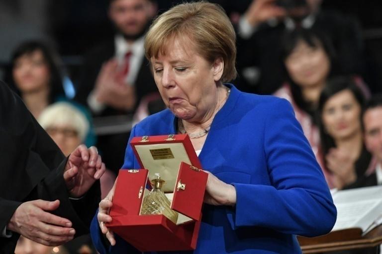 Merkel felicita a Santos: