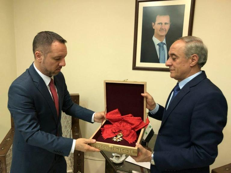 Al-Asad devuelve a Francia su Légion d'Honneur por ataque a Siria